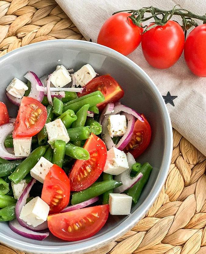 Готовый салат с помидорами и зеленой фасолью