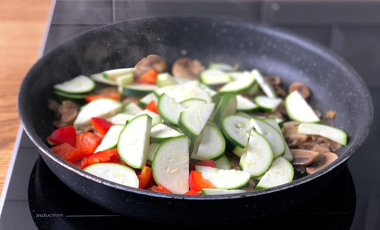 Шаг 9. Добавляем овощи и обжариваем