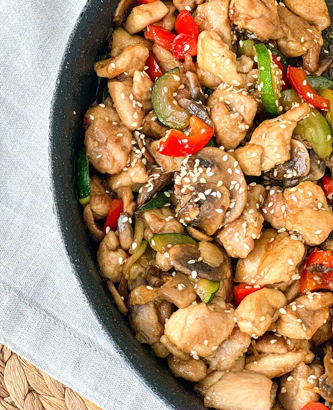 Куриное филе с овощами в азиатском стиле - блюдо готово!