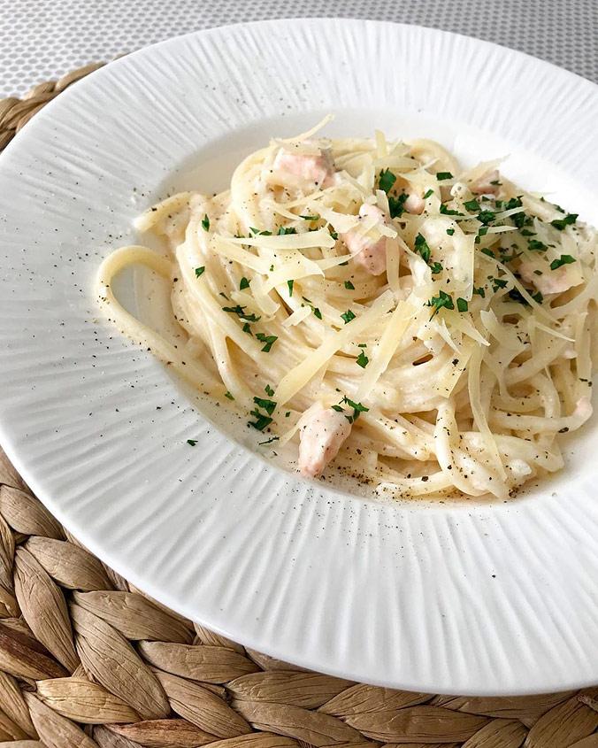 Паста в сливочном соусе Альфредо с кусочками лосося