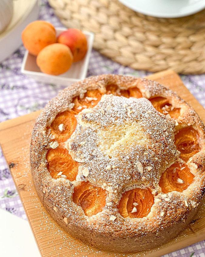 Бисквитный пирог с абрикосами и миндалем