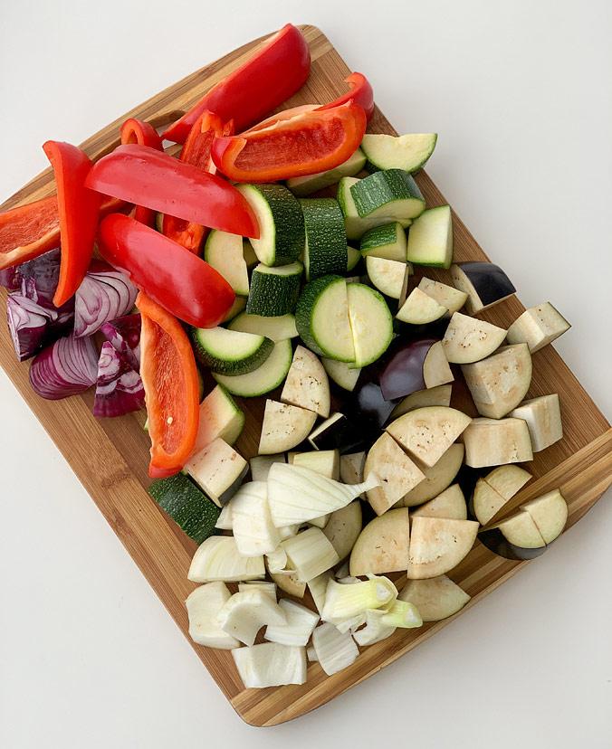 Салат из полбы. Шаг 3. Овощи нарежьте крупными кусками