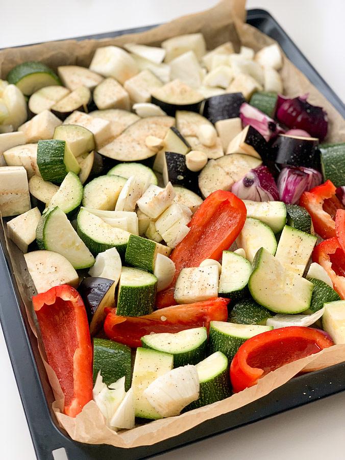 Салат из полбы. Шаг 4. Разложите овощи на противне в один слой
