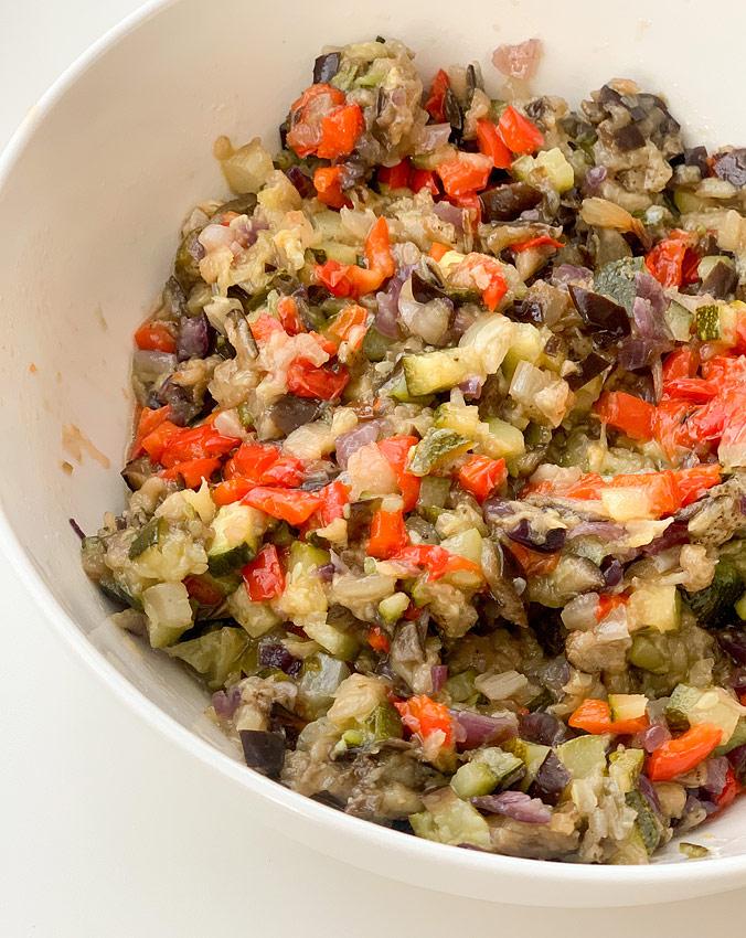 Салат из полбы. Шаг 5. Готовые овощи сбрызните винным уксусом и мелко порубите