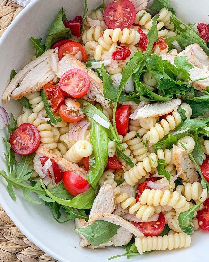 Салат из пасты с вялеными томатами