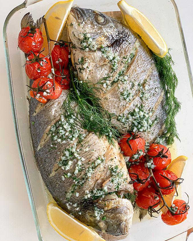 Запеченная рыба с чесночным маслом и укропом