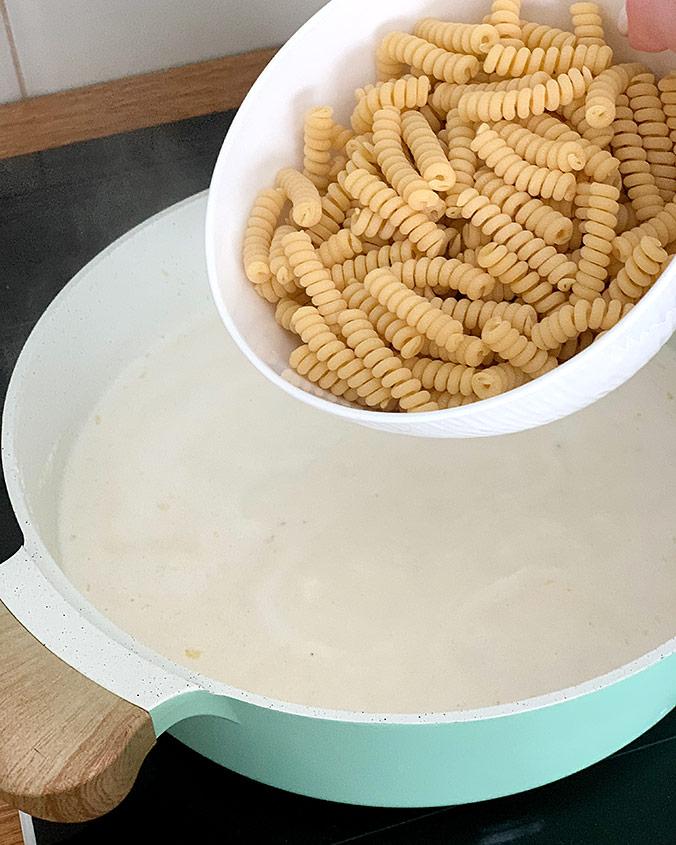 Чесночные креветки с макаронами и сыром